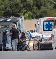 Vårdarbetare tar emot covidpatienter vid ett sjukhus i Sao Paulo.  Andre Penner / TT NYHETSBYRÅN