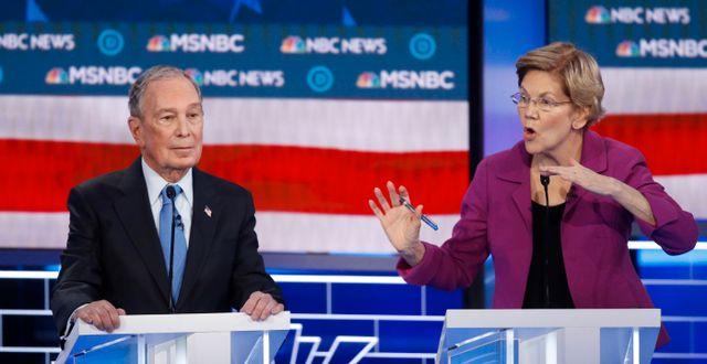 Michael Bloomberg och Elizabeth Warren under debatten. John Locher / TT NYHETSBYRÅN