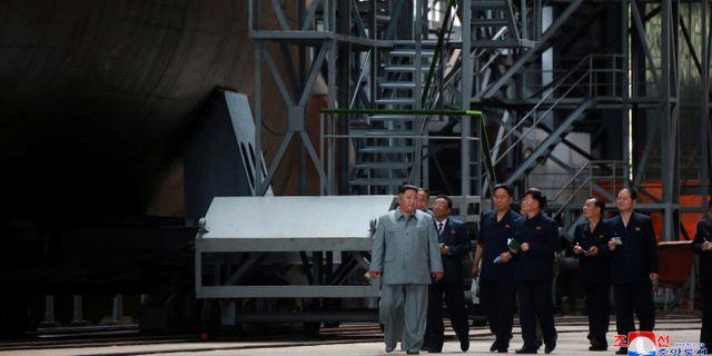 Kim Jong-Un vid ubåten. KCNA / TT NYHETSBYRÅN
