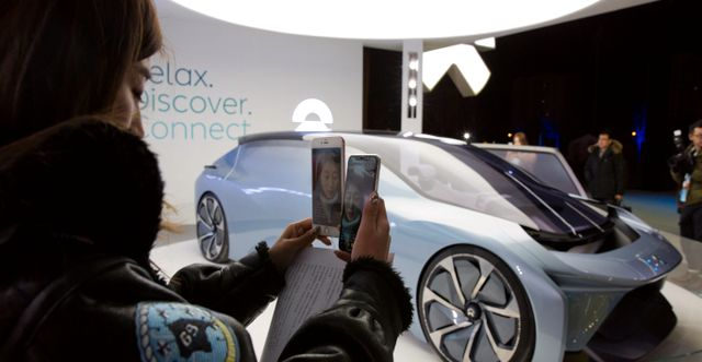 Bloggare streamar från visning av Nios konceptbil. Arkivbild. Ng Han Guan / TT NYHETSBYRÅN