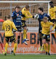 Trångt framför Elfsborgs målvakt Tim Rönning under söndagens allsvenska fotbollsmatch mellan Sirius FK och IF Elfsborg på Studenternas IP. Janerik Henriksson/TT / TT NYHETSBYRÅN