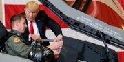 USA:s president Donald Trump talar med en pilot ombord på ett F-35-stridsflygplan, arkivbild. Carolyn Kaster / TT NYHETSBYRÅN