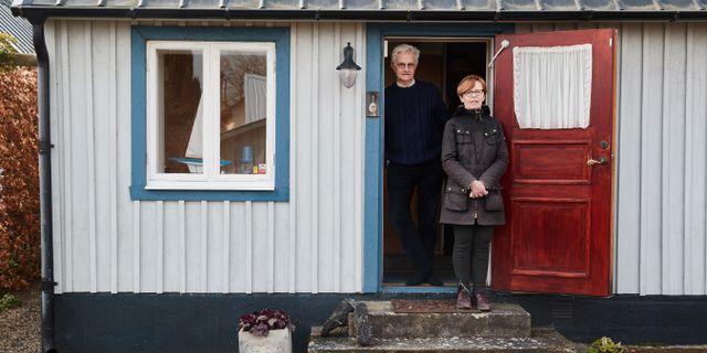 Eva-Pia och Anders Isberg har haft sin fiskarstuga i Kivik i 21 år. I år kom de ner en vecka tidigare än vanligt, men det är med blandade känslor. Andreas Hillergren/TT