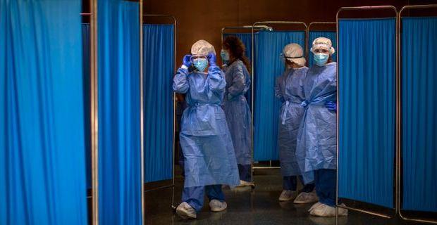 Sjukvårdsarbetare i Spanien. Emilio Morenatti / TT NYHETSBYRÅN