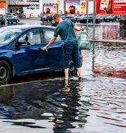 Arkivbild. Vattenfylld parkering utanför Ica Maxi i Kristianstad i juli i år.  Johan Nilsson/TT / TT NYHETSBYRÅN