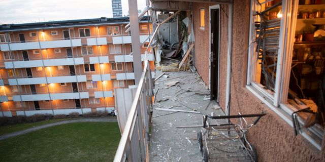 Fyra lägenheter i Husby blåstes ut av explosionen och rutorna till ytterligare 30 lägenheter gick sönder. Fredrik Sandberg/TT / TT NYHETSBYRÅN