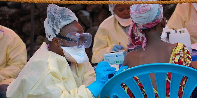 En tjej vaccineras mot ebola. Arkivbild. AUGUSTIN WAMENYA / AFP