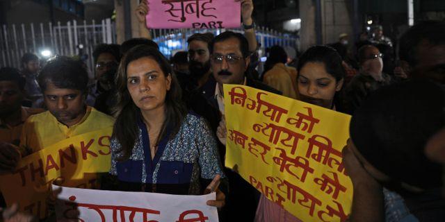 Folk demonstrerar till stöd för kvinnan utanför fängelset där männen avrättades. Manish Swarup / TT NYHETSBYRÅN