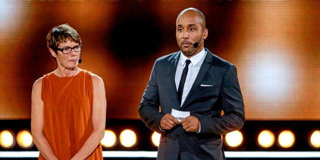 Lena Videkull och Martin Dahlin delar ut pris på Fotbollsgalan 2015. ANDREAS L ERIKSSON / BILDBYRÅN