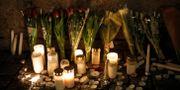 Ljus och blommor utanför Storkyrkan i Stockholm under en minnesstund för offren. Christine Olsson/TT / TT NYHETSBYRÅN