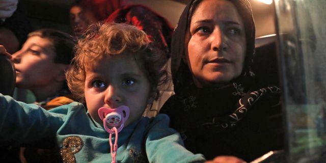 En mamma med barn som tvingats på flykt efter den turkiska offensiven i Syrien.  SAFIN HAMED / AFP