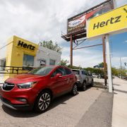 This May 23, 2020, photo shows rental vehicles parked outside a closed Hertz car rental office in south Denver. Hertz said Wednesday, June 17, it has put its plans to sell $500 million worth of stock on hold because the offering is being reviewed by the Securities and Exchange Commission. (AP Photo/David Zalubowski) NYHK303 David Zalubowski / TT NYHETSBYRÅN