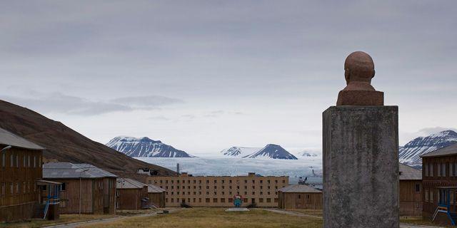 Det sovjetiska arvet går inte att missa i det övergivna gruvsamhället Pyramiden, som nu är öppet för turister. Hylgeriak / Wikicommons