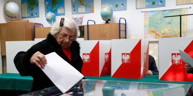 En kvinna röstar i Warszawa. Darko Bandic / TT NYHETSBYRÅN