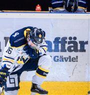 HV71:s Filip Sandberg och Linus Fröberg deppar efter ishockeymatchen i kvalet till SHL mellan Brynäs och HV71 den 18 april 2021 i Gävle.  SIMON HASTEGÅRD / BILDBYRÅN