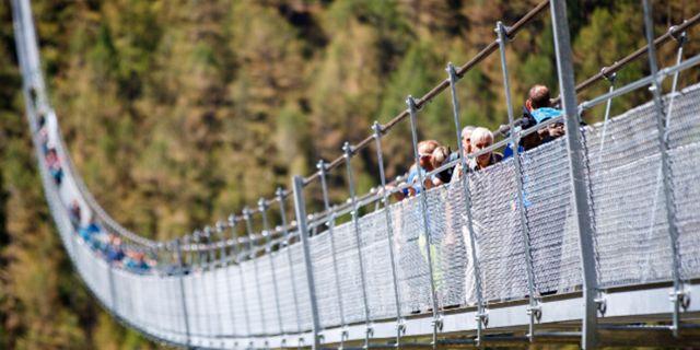 Den nya hängbron ersätter en kortare och lägre bro som förstördes av fallande stenar Zermatt Tourism