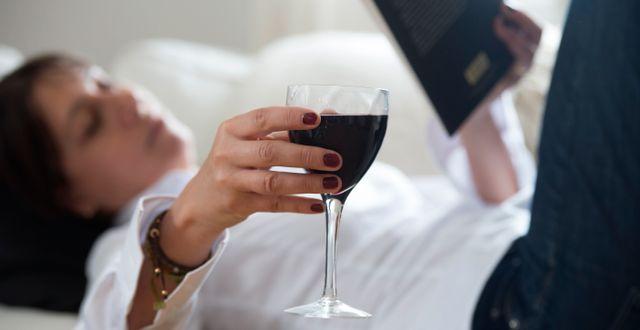 Kvinna dricker rödvin. Illustrationsbild. FREDRIK SANDBERG / SCANPIX / TT NYHETSBYRÅN