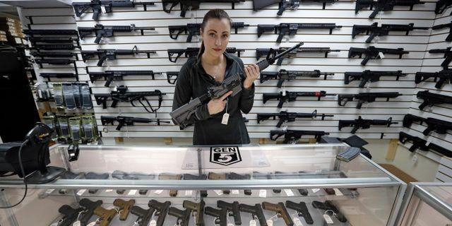 Vapenförsäljare visar en AR-15. Arkivbild.  Elaine Thompson / TT / NTB Scanpix