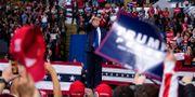 Trump under ett kampanjmöte inatt. Evan Vucci / TT NYHETSBYRÅN