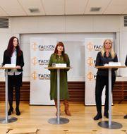 Fackrepresentanter under söndagens pressträff om industrins avtalsförhandlingar. Jessica Gow / TT NYHETSBYRÅN