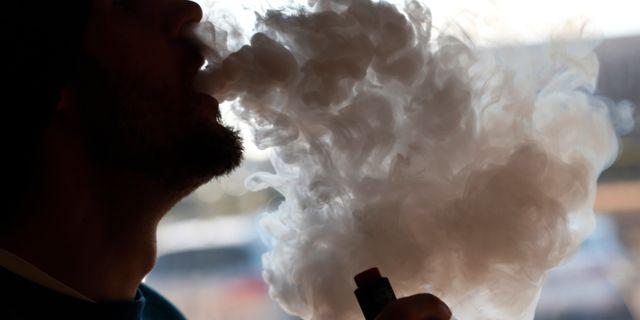 Person som röker e-cigg. Arkivbild. Steve Helber / TT NYHETSBYRÅN