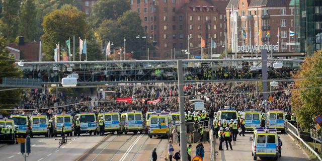 Polisen i Göteborg stoppar motdemonstranter i samband med NMR:s demonstration.  Björn Larsson Rosvall/TT / TT NYHETSBYRÅN