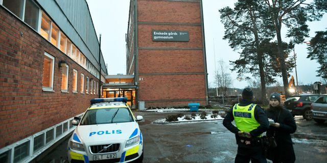 Poliser utanför Enskede gårdsgymnasium i södra Stockholm. Vilhelm Stokstad/TT / TT NYHETSBYRÅN