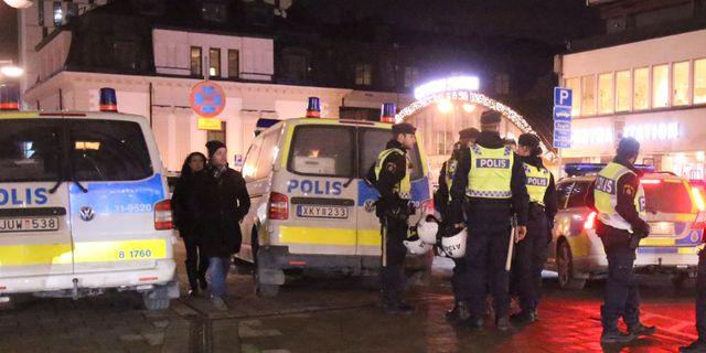 Tva kvinnor twerkade mot man soks av polisen
