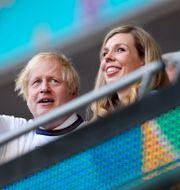 Boris Johnson med sin fru Carrie Johnson.  Catherine Ivill / TT NYHETSBYRÅN