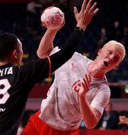 Danmarks Magnus Saugstrup försöker ta sig förbi Japans försvar. GONZALO FUENTES / BILDBYRÅN