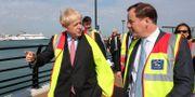 Boris Johnson bredvid Charlie Elphicke.  CHRIS RATCLIFFE / POOL