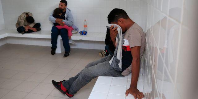En ung man från Honduras gråter medan han hålls i en cell med några andra migranter i Mexiko. Rebecca Blackwell / TT NYHETSBYRÅN/ NTB Scanpix