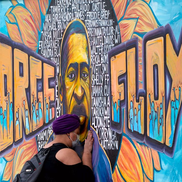Damarra Atkins paid her respects to George Floyd at a mural at George Floyd Square, Friday, April 23, 2021, in Minneapolis. Julio Cortez / TT NYHETSBYRÅN