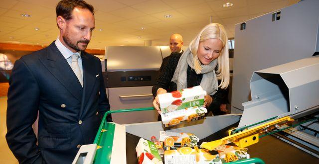 Haakon och Mette-Marit kollade in Tomras återvinningsmaskiner. Lise Åserud / TT NYHETSBYRÅN