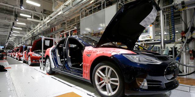 Arkivbild: Model S på tillverkningsbandet i fabriken i Fremont, Kalifornien.  Jeff Chiu / TT / NTB Scanpix