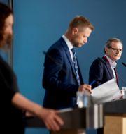 Bild från pressträffen. FHI:s direktör Camilla Stoltenberg och Norges hälsominister Bent Høie. Berit Roald / TT NYHETSBYRÅN