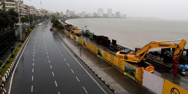 Öde vägar i Mumbai på onsdagen. Rajanish Kakade / TT NYHETSBYRÅN