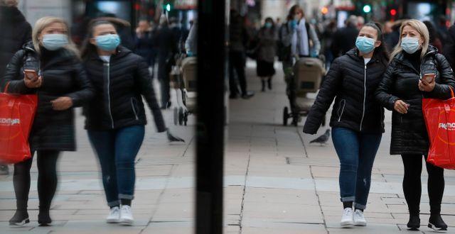 Londonbor på shoppinggatan Oxford Street. Frank Augstein / TT NYHETSBYRÅN