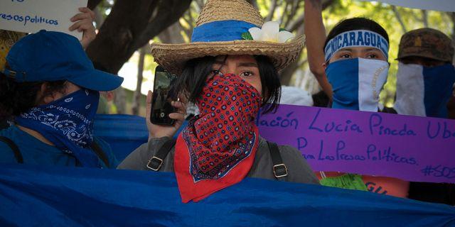 18 mars. Studenter protesterar mot Daniel Ortega, och kräver att oppositionella ska släppas fria.  MAYNOR VALENZUELA / AFP