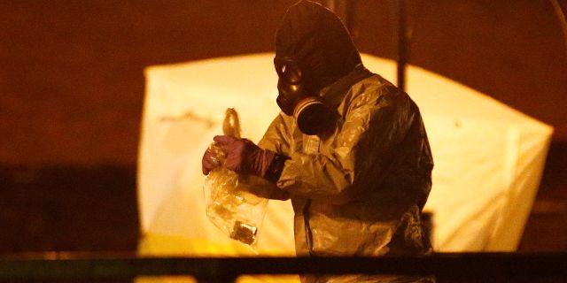 Specialutbildad personal letar efter spår av nervgiftet Novitjok som användes i mordförsöket på ex-spionen Sergei Skripal och hans dotter Julia i mars 2018.  Henry Nicholls / TT NYHETSBYRÅN