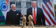 Affischer med Modi och Trump på flygplatsen i Ahmedabad. Ajit Solanki / TT NYHETSBYRÅN