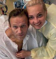 Aleksej Navalnyj med sin fru. TT NYHETSBYRÅN
