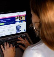 Kvinna söker jobb på Arbetsförmedlingen. Jessica Gow/TT / TT NYHETSBYRÅN