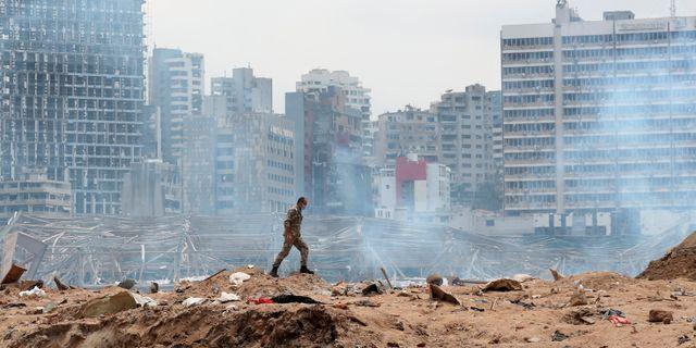 Soldat i Beiruts skadade hamn.  Thibault Camus / TT NYHETSBYRÅN