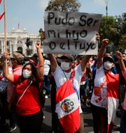 Demonstranter utanför kongressen i Lima. Rodrigo Abd / TT NYHETSBYRÅN
