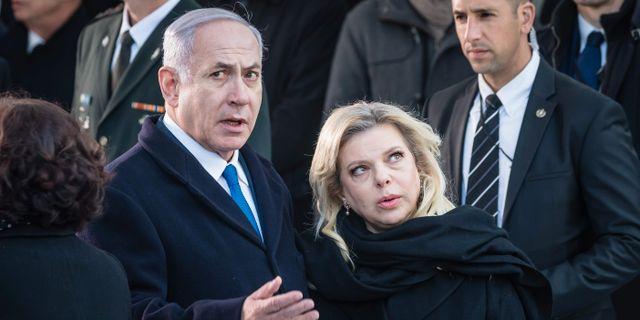Benjamin Netanyahu och hustrun Sara vid en ceremoni till minne av förintelsens offer. WOJTEK RADWANSKI / AFP