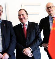 Paul Åkerlund, Trollhättans kommunstyrelse ordförande, Statminister Stefan Löfven och Nevs vd Stefan Tilk under en pressträff på Nevs-fabriken i Trollhättan. TT.