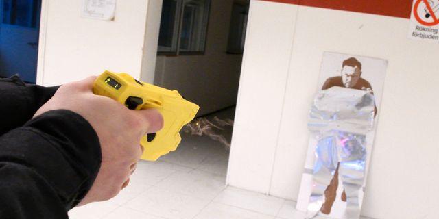 Vapnet avfyrar en pil med en tråd som leder el från vapnet. Demonstration av polisens elchockvapen Taser X2. Från och med årsskiftet testar svensk polis elchockvapen i stor skala. Johan Nilsson/TT / TT NYHETSBYRÅN