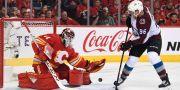 Colorados Mikko Rantanen skjuter mot Calgarys Mike Smith CANDICE WARD / BILDBYRÅN
