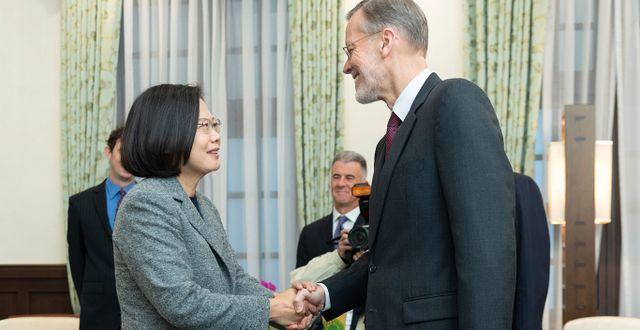 Tsai Ing-wen och William Brent Christensen, chef för amerikanska Taiwan-institutet. TT NYHETSBYRÅN